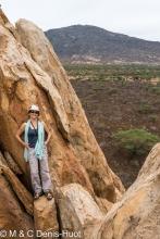 Kenya, Réserve de Shaba, Christine Denis-Huot sur un kopje